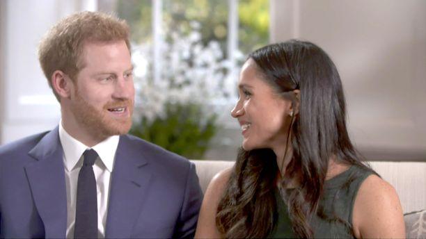 Kihlajaishaastattelussa Meghan kertoi, ettei tiennyt juuri mitään prinssi Harrystä tai muistakaan brittikuninkaallisista. Kihlapari paljasti viettäneensä 1,5 vuotta viettäen rentoja koti-iltoja tv:n äärellä ja ruokaa laittaen. Itse kosintakin tapahtui arkisesti, mutta romanttisesti kesken kana-aterian valmistamisen.