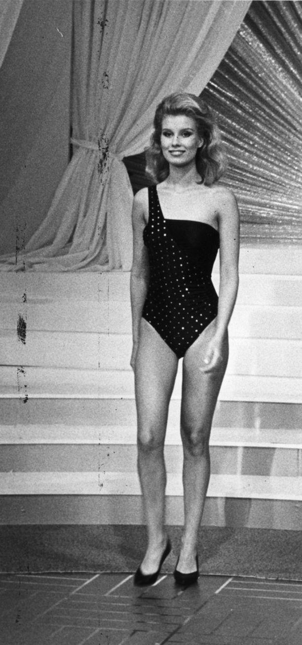 Vuoden 1986 Miss Suomi -kisoissa Tuula hurmaa uimapukukierroksella.