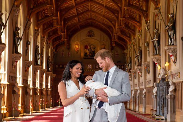 Sussexin herttuapari esitteli esikoisensa yleisölle toukokuussa. Kastejuhlassa lapsesta otetaan taas uusia kuvia.