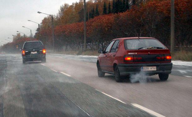 Poliisi kertaa kirjoituksessaan ohitussäännöt, jotka ovat valitettavan monilta päässeet autokoulun jälkeen taitavasti unohtumaan.