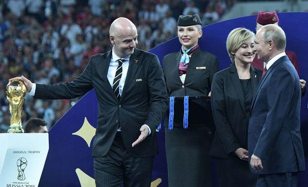 Marion Mayer-Vorfelder (toinen oikealta) pisti palkintojenjaossa yhden kultamitalin taskuunsa.