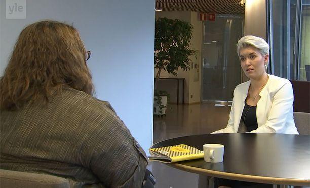"""Pitkäaikaistyötön Anna-Maija Tikkanen sanoi ohjelman päätteeksi, että hänellä on voimakas tunne siitä, että hän ja kansanedustaja Susanna Koski elävät niin eri maailmoissa, että Koski ei ymmärrä, """"mitä se todellisuus on""""."""