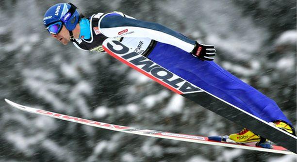 KUNTO LÖYTYMÄSSÄ Janne Ahonen ponnisti ensimmäisen kierroksen kolmanneksi parhaan hypyn.