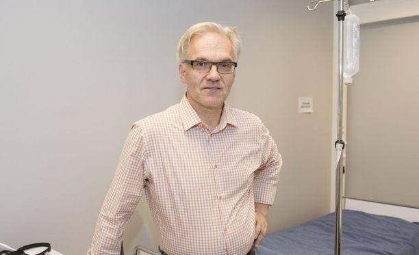 Valvira vei luvat Olli Pololta, joka hoitaa CFS-potilaita omasta mielestään pioneerityönä. Arkistokuva.