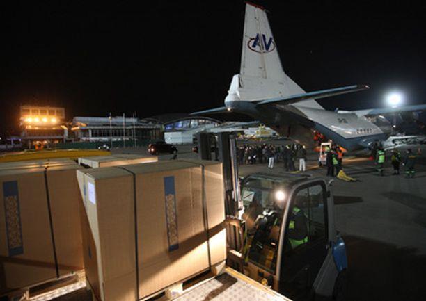 Tamiflu-lääkettä sisältäviä laatikoita purettiin maanantaina Sveitsistä saapuneesta lentokoneesta Kiovan lentokentällä.