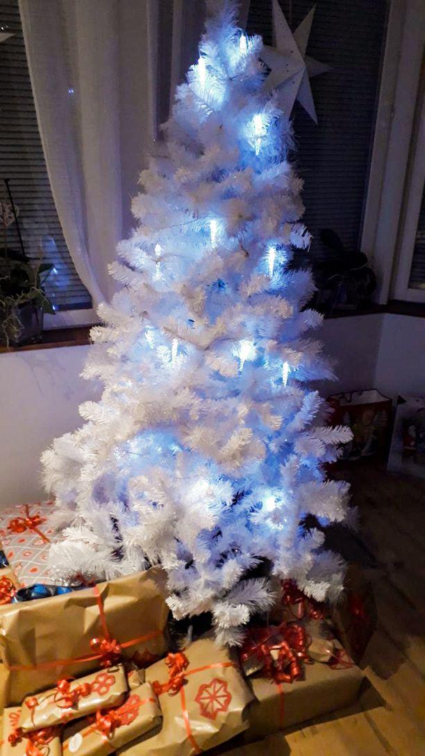 Armin mukaan valkea kuusi takkahuoneessa tuo talvista tunnelmaa jo hyvissä ajoin ennen joulua.