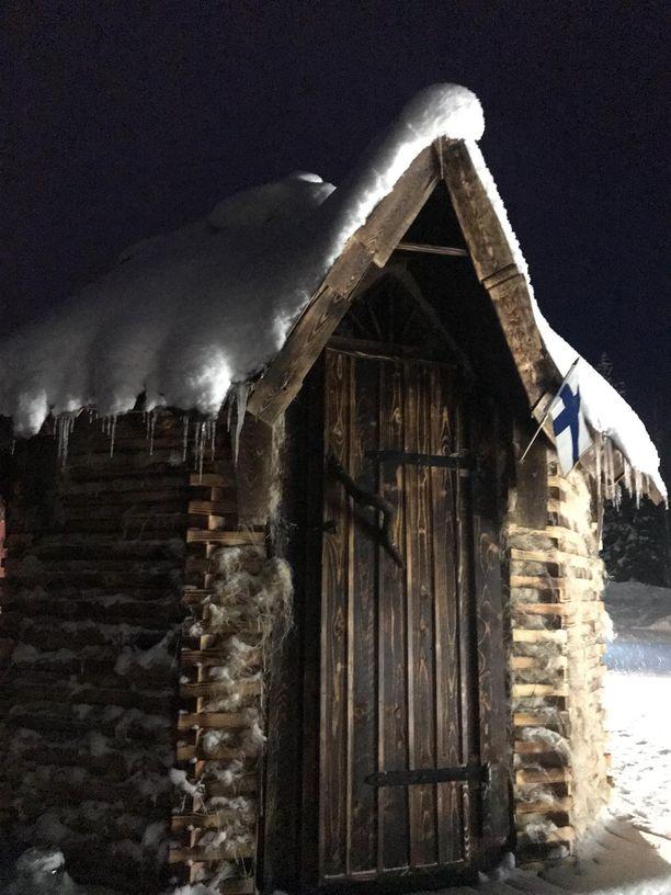 Ovi Ari ja Jari Lehtisen saunaan. Hamppueriste pitää lämmön, mutta kuivuu nopeasti saunomisen jälkeen.