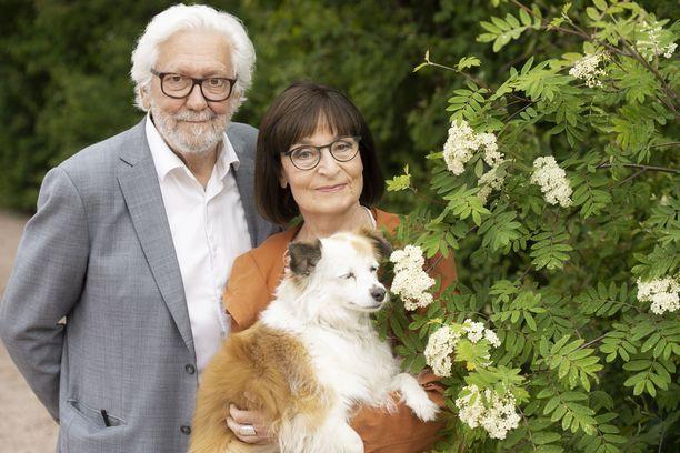 Eva ja Touko kuvassa Kiara-koiransa kanssa.