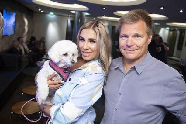 Elli-koira, Henna Pihlaja ja Mika Salo Iiro Seppäsen kirjanjulkistusjuhlissa.
