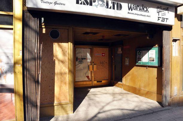 Huijari sai vanhuksen muuttamaan vuokralaisekseen tässä remontoitavassa talossa sijaitsevaan liikehuoneistoon.