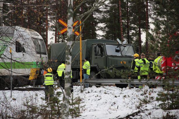 Poliisi jatkaa tapauksen tutkimista muun muassa selvittämällä, millainen näkyvyys puolustusvoimien autosta oli onnettomuushetkellä.