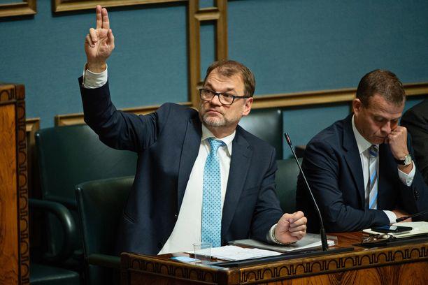 Pääministeri Juha Sipilä (kesk) ja valtiovarainministeri Petteri Orpo ovat perjantaina iloinneet hallituksen työllisyystavoitteen saavuttamisesta. Kuva eduskunnasta viime lokakuulta.