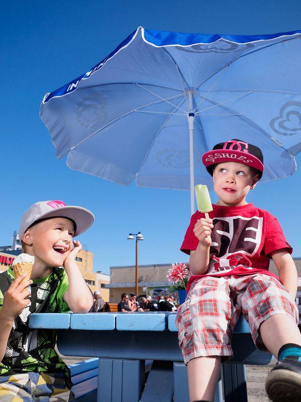 8-vuotias Kim ja 5-vuotias Elias nauttivat jäätelöstä Siilinjärvellä.