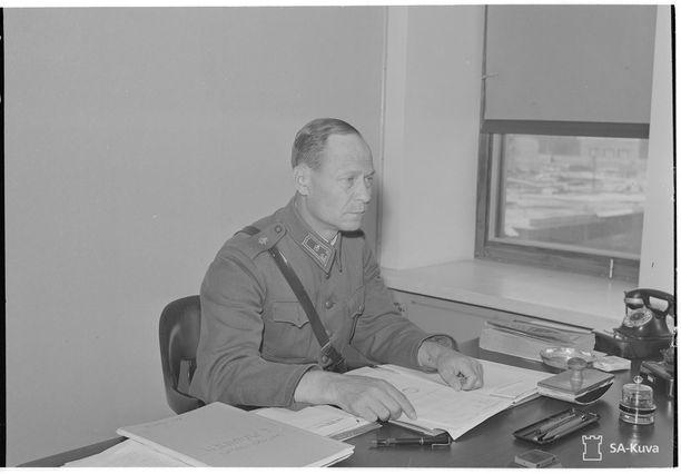 Kenraalimajuri Mäkinen kulkulaitosministeriössä elokuussa 1943.