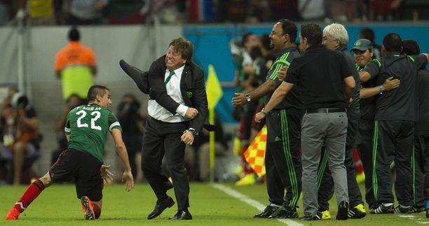 Rajaviivat eivät pidättele Miguel Herreraa, kun Meksiko tekee maalin.