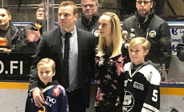 Ville Vahalahden rinnalla nähtiin hänen juhlaottelunsa alkuseremonioissa vaimo Janina ja pojat Aapo ja Eetu.