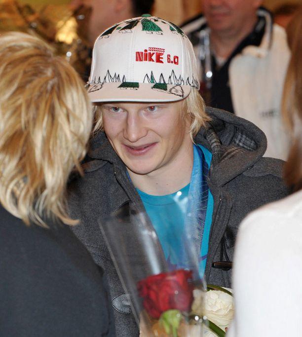 LISÄÄ KUKKIA Peetu Piiroinen vastaanotti taas parit kukkakimput. Piiroinen lähti juhlimaan hopeaansa lumilautailuporukassa Helsingin yöhön.