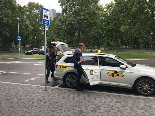 Alexander Stubb kiirehti EU-paneelin jälkeen taksiin.