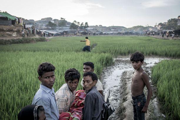 Rohingya-pakolaiset kantoivat naisen ruumista Balukhaliin kyhätyssä pakolaisleirissä Bangladeshin Ukhiyassa. Nainen oli kuollut synnyttäessään vauvan leirillä.