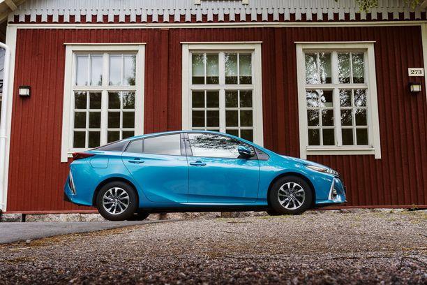 Katolle asennettu aurinkopaneeli lataa pysäköitynä ajoakkua. Ajon aikana virtaa tuotetaan ilmastoinnille ja sähkölaitteille.