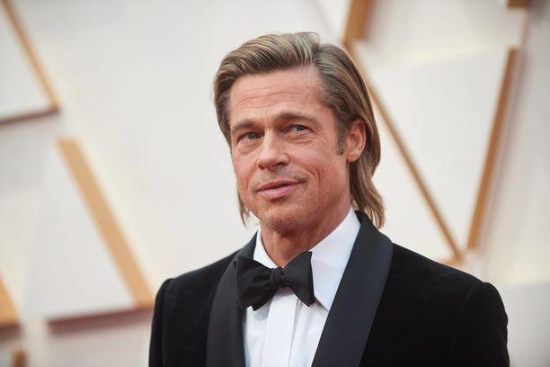 Brad Pitt vaatii oikeusteitse huoltajuutta tasan puoliksi kummallekin vanhemmalle.