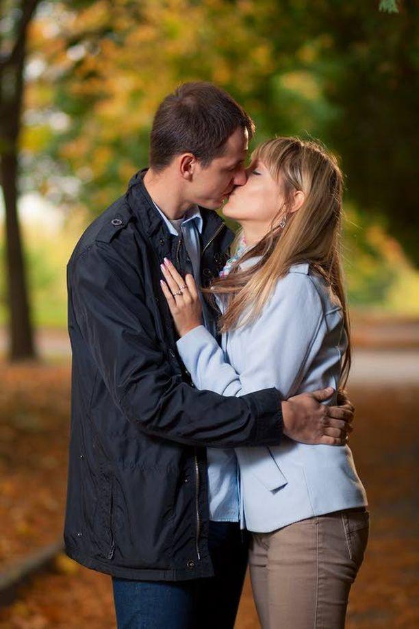 Suudellessa sylkeen erittyy testosteronia, joka lisää sukupuolista viettiä sekä miehillä että naisilla. Suudellessa erittyy myös nautintohormoni dopamiinia sekä läheisyys- ja mielihyvähormoni oksitosiinia.