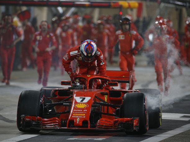 Kimi Räikkösen kisa Bahrainissa päättyi epäonnistuneen varikkopysähdyksen seurauksena.