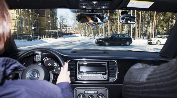 Ammattioppilaitoksessa annetaan ajo-opetusta aina henkilöautoista isoihin rekkoihin asti.