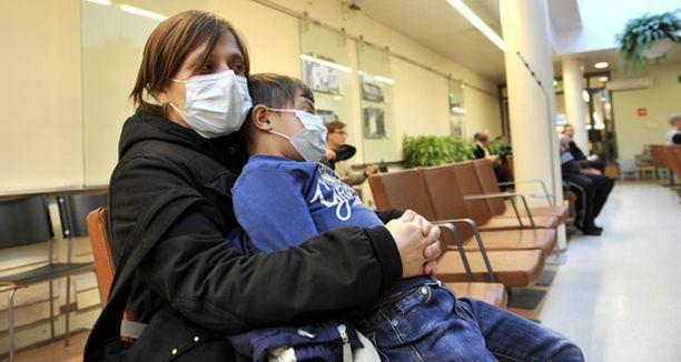 SAIRAANA Minna Saajasto haluaa rokotteen ajoissa. Hänen sylissään istuu Jaron Yildrim, joka sai rokotteen viikko sitten, mutta sairastui sunnuntaina.