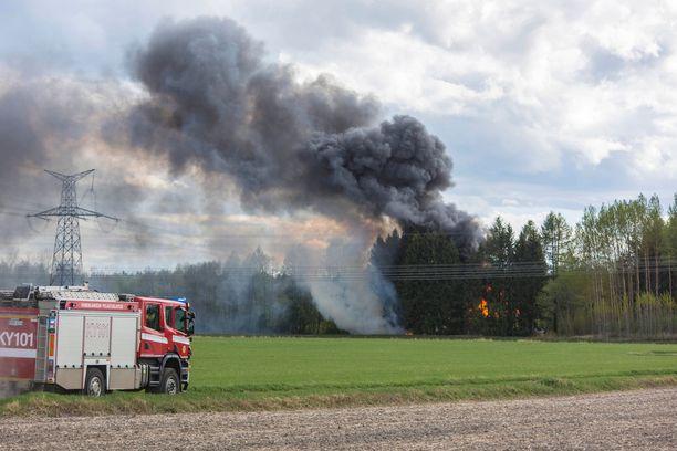 Ilmoittaja havaitsi rakennuspalosta tulleen savun ja soitti hätäkeskukseen.