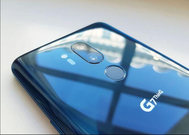 G7 ThinQ:n takaa löytyy sormenjäljenlukija sekä tuplakamera.
