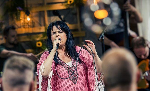 Kaija Koo tunnetaan esimerkiksi kappaleistaan Tinakenkätyttö ja Kaunis, rietas, onnellinen.