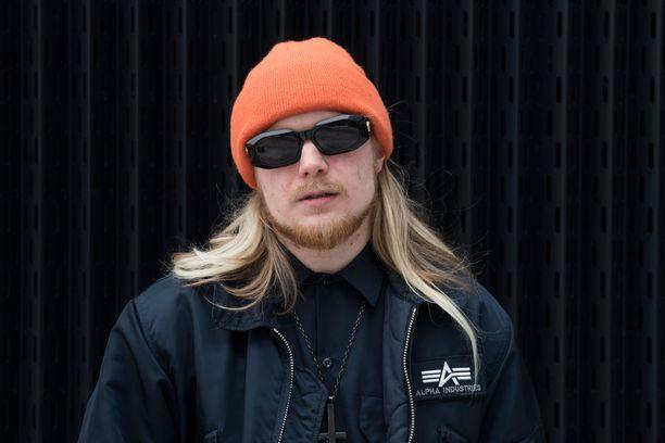 Tipalla on hevi- ja punk-tausta. Hän soitti nuorempana bändeissä kitaraa. Soittajana, kuten myös laulajana, mies on itseoppinut.