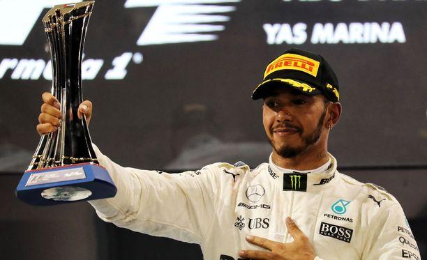 Lewis Hamilton oli vitsikkäällä tuulella Abu Dhabin GP:n jälkeen.