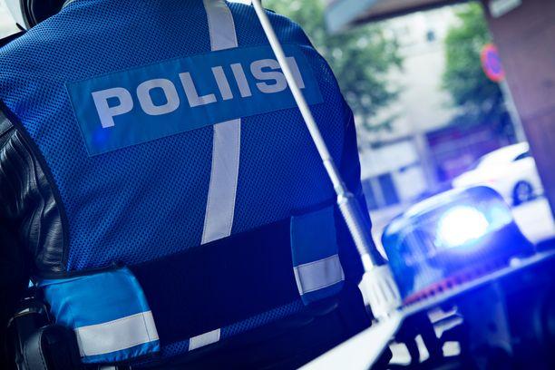 Poliisi tutkii diplomaatin autotörttöilyä Turussa.