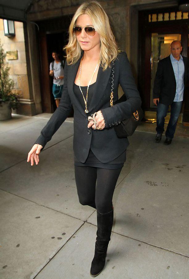 Yhdistä ryhdikäs bleiseri aina kapeisiin lahkeisiin, kuten Jennifer Aniston. Unohda muodottomat jakkupuvut.