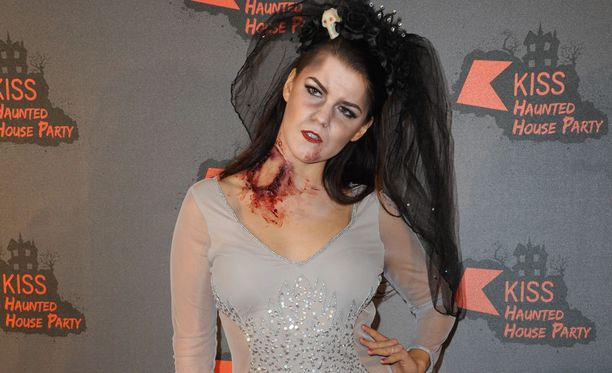 Halloween-juhlissa Saara nähtiin lauantain teemaan sopivassa asussa. Juhlat järjesti KISS FM-radiokanava.