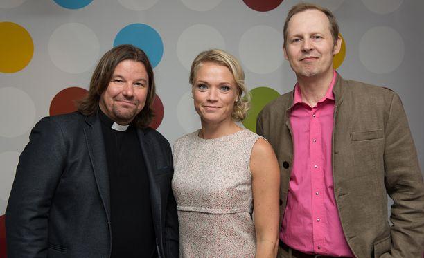 Ensitreffit alttarilla -kakkoskauden asiantuntijakolmikko Kari Kanala, Maaret Kallio ja Mikael Saarinen.