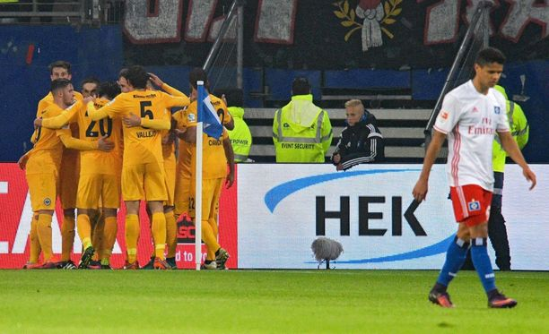 Frankfurtin pelaajat juhlivat komeaa vierasvoittoa.