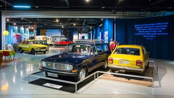 Ruotsalainen automatkaileva perhe Volvo 145 ´70:lla ja Datsun 100 A ´75 jossakin päin Suomea.
