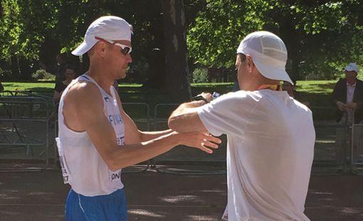Jarkko Kinnunen hyytyi yllättäen 50 kilometrin MM-kävelyssä. Vallu Kononen antoi miehelle juomaa kisan aikana.