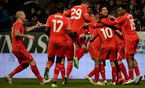 Liverpoolin pelaajat juhlivat Philippe Coutinhonin maalia.