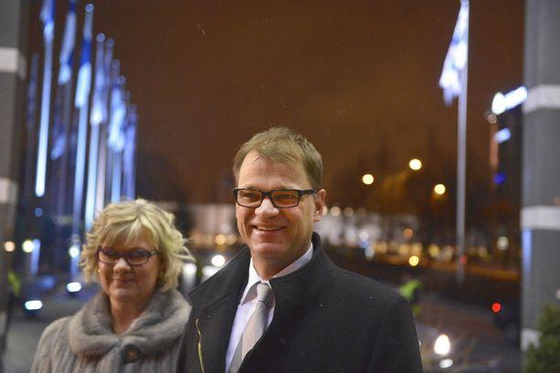 Pääministeri Juha Sipilä (kesk) ja hänen Minna-Maaria-vaimonsa auttavat hädässä olevia ihmisiä säätiönsä kautta.