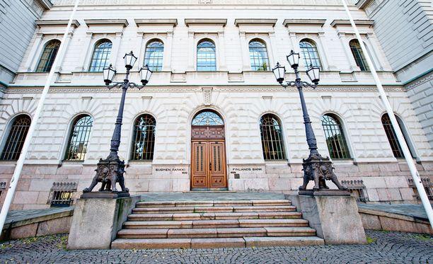 Kahta Suomen Pankin johtokunnan jäsenen paikkaa haki 19 henkilöä.