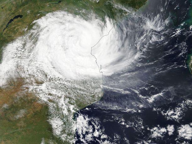 Kuolonuhrien määrän uskotaan yhä nousevan, kun pelastustyöntekijät pääsevät tuhoalueille,