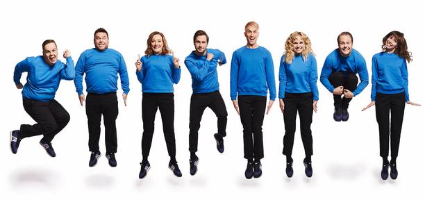 Christoffer Strandberg (4. oik.) siirtyy nyt näyttelijästä Putouksen juontajaksi. Hänen vasemmalla puolellaan ovat vanhat tutut sinipaidat ja oikealla untuvikot.