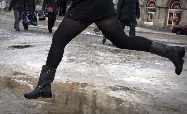 Etelä-Suomen sohjo- ja vesikeli jatkuu perjantaina ja lauantaina. Pohjoiseen on puolestaan luvassa kirkastuvaa pakkassäätä.