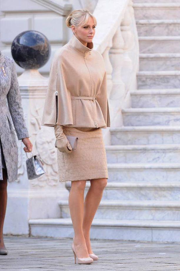 JAKKUPUVUSSA Marraskuussa Charlene juhli Monacon kansallispäivää sveitsiläisen Akrisin viitamaisessa jakkupuvussa, joka jakoi mielipiteitä. Akris on prinsessan lempimerkkejä.