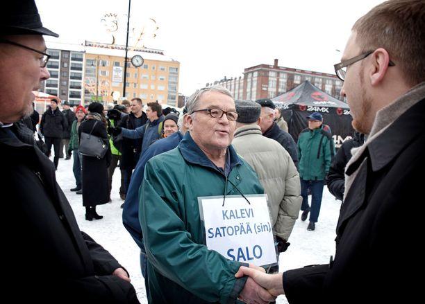 Salosta puoluekokoukseen tullut aktiivisininen pääsi Tammelatorilla tapaamaan sinisen tulevaisuuden eduskuntaryhmän puheenjohtajaa Simon Eloa.