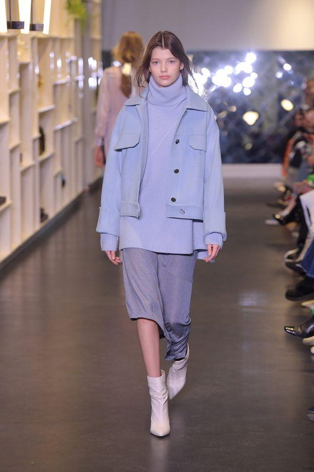 Simppeliä, käytettävää sekä unisex-henkisempää otetta hittisävyyn nähtiin Mykke Hoffmannin mallistossa, jonka poolopaita sekä drop shoulder -takki tekisi mieli pukea päälle jo nyt.